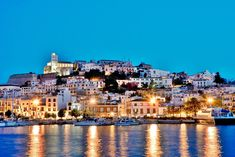 Ibiza es una isla tan importante a nivel mundial, que tiene una vida intensa para toda persona que la visita, pues goza de una vida nocturna intensa