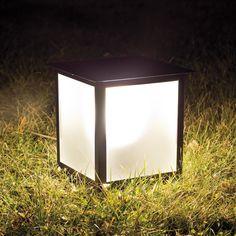 Lámparas para jardín, dale un nuevo look a tu jardín o terraza con nuestras lámparas para jardín. Lámparas para jardín colgantes, apliques, farolas para jardines o terrazas, balizas y sobremuros. Disponemos de varios acabados y cristales para nuestras luminarias. Luminarias directas de fábrica.