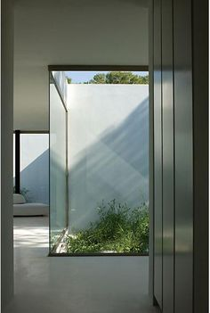 Glass walls and small patio, interior of the Ibicaelum House in Spain by Bruno Erpicum / Aabe ( © Jean-Luc Laloux) _ instead of infilling corner, make it glass Interior Garden, Interior Exterior, Exterior Design, Deco Aviation, Architecture Details, Interior Architecture, Futuristic Architecture, Casa Patio, Internal Courtyard
