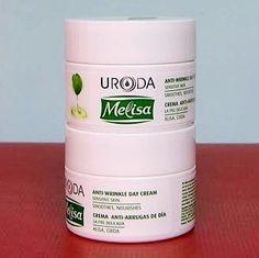 Esta Crema de melisa con ácido hialurónico ayuda a reconstruir la piel dañada, forma una capa protectora sobre la piel para evitar la pérdida de humedad.  Suaviza, reafirma y mejora la elasticidad de la piel, dándole una suavidad sedosa. El extracto de bálsamo regenera, suaviza, calma y refresca. Alivia la piel cansada. El extracto de té verde disminuye los efectos del envejecimiento de la piel, estimula la microcirculación. Protege contra los radicales libres. La provitamina B5 tiene un…