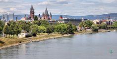 Mainz (Rheinland-Pfalz): Mainz ist Landeshauptstadt und mit über 200.000 Einwohnern zugleich größte Stadt des deutschen Landes Rheinland-Pfalz. Sie ist Sitz der Johannes Gutenberg-Universität, des römisch-katholischen Bistums Mainz sowie mehrerer Fernseh- und Rundfunkanstalten, wie des Südwestrundfunks (SWR) und des Zweiten Deutschen Fernsehens (ZDF). Mainz versteht sich als eine Hochburg der rheinischen Fastnacht.  Die Stadt Mainz, gegenüber der Mündung des Mains am Rhein gelegen, ist eines…