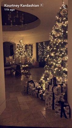 Last Trending Get all images kardashian christmas decorations Viral Christmas Post, Elegant Christmas, Cozy Christmas, Holiday Fun, Christmas Things, Christmas Shopping, Casa Da Kris Jenner, Kris Jenner House, Kardashian Christmas