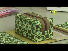 Maria Izilda Fernandes shared a video Craft Tutorials, Sewing Tutorials, Sewing Crafts, Sewing Projects, Sewing Patterns, Diy Crafts, Zip Pouch Tutorial, Fabric Bags, Patch Quilt