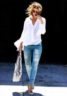 Calça Jeans e camisa branca - Essa composição, com os acessórios certos, é sempre fácil e super estilosa! Aposte com bolsa e sapatos/ sandálias em animal print ou nudes / marrons, ok? Não esqueça da composição, com muitos colares delicados, de tamanhos diferentes. Aqui tem linda sandália, com efeito pele de cobra -http://bit.ly/2DWtWGW