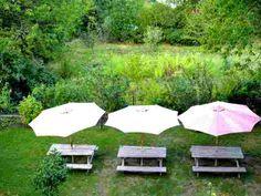 Le jardin et ses tables pour les repas d'été, avec le beau temps