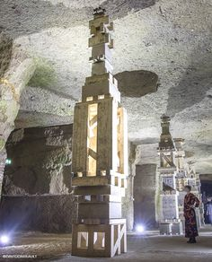 Cinq colonnes gigantesques chacune de cinq blocs de pierre de tuffeau et de bois de sapin, qui viennent telles des étais soutenir artificiellement la voûte de la cave, 6 mètres plus haut.