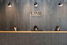 受付デスクに並ぶスタッフ Office Entrance, Entrance Design, Entrance Hall, Modern Office Design, Workplace Design, Curved Pergola, Office Interiors, Wall Colors, Signage