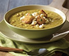 A delicious creamy split pea soup with crumbled white cheese and pancetta, a touch of Italy. Entree Recipes, Lunch Recipes, Cooking Recipes, Croutons Maison, Pureed Soup, Sandwiches For Lunch, Vegan Soups, Hot Soup, Soup And Salad