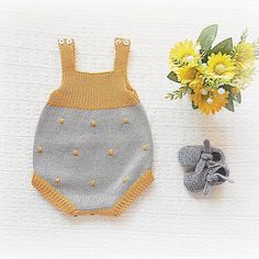 See cool and trendy rompers for little girls in solids, florals & patterns. Crochet Kids Hats, Knitting For Kids, Baby Knitting Patterns, Crochet Yarn, Hand Knitting, Knitting Projects, Diy Bebe, Knitted Baby Clothes, Baby Pants