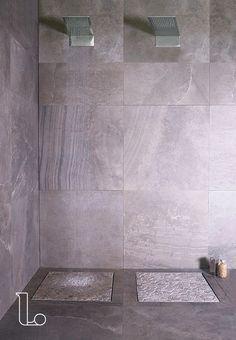 In deze hippe badkamer is een marmeren wand gecombineerd met een ...