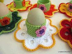 Make delightful Easter decoration yourself - handicraft fun for large .- Reizvolle Osterdekoration selber machen – Bastelspaß für groß &klein Make egg cups yourself – crochet a colorful decoration for the breakfast table - Crochet Diy, Crochet Home, Crochet Gifts, Ravelry Crochet, Tutorial Crochet, Unique Crochet, Crochet Ideas, Easter Crochet Patterns, Knitting Patterns