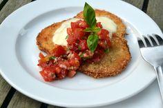 Nem og lækker forret eller frokostret bestående af sprødstegt aubergine med mozzarellaost og tomatsalsa. En rigtig sommer-servering, som er helt uden kød.