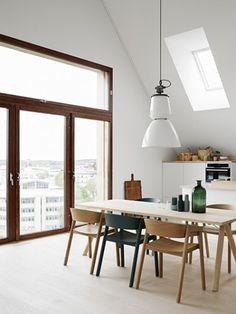 Folkhem, Fotograaf: Kristofer Johnsson, De lichtte wanden en de houten meubels vind ik prachtig in dit interieur. Stylist: Lotta Agaton