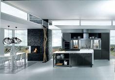 contraste entre matité et brillance de l'inox laquée Carbone , plan de travail îlot central, plan de travail cuisson, hotte et crédence en inox brossé