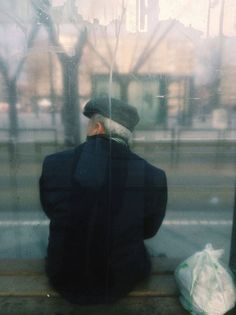 Julien Tatham is a french multidisciplinary artist. Inspired by the hidden beauty of urban life, he has decided to capture unknown people waiting for the bus. Nostalgia Photography, A Level Photography, City Photography, People Photography, Transport Pictures, Anatomy Poses, Bus Stop, Contemporary Photography, Art Of Living