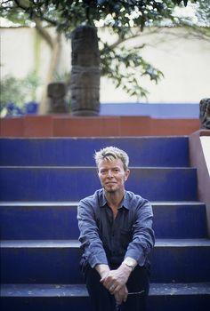 David Bowie en la casa de Frida Kahlo en Coyoacán, Ciudad de México. Octubre 22, 2004. © Fernando Aceves