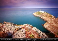 UK - Wales - Isle of Anglesey - Holyhead - South Stack Lighthouse     The South Stack Lighthouse has warned passing ships of the treacherous rocks below since its completion in 1809. The 28 m (91 ft) lighthouse was designed by Daniel Alexander and the main light is visible to passing vessels for 28 miles, and was designed to allow safe passage for ships on the treacherous Dublin - Holyhead - Liverpool ...  展开此信息 »