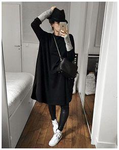 La tunique en laine noire : Alix ❤️ J'avais hésité à faire une robe/tunique lors de notre première collaboration mais, faute de tissu noir adéquate, j'avais abandonné l'idée. Alors quand il y a plusieurs semaines nous sommes tombés sur un tissu noir en laine à la fluidité parfaite, j'ai sauté sur l'occasion. Aujourd'hui je vous présente donc Alix! Une robe tunique en laine, fendue sur chaque côté et possédant deux poches latérales! Les manches sont bien longues et le col rond plutôt fermé…