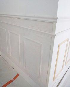 """448 gilla-markeringar, 10 kommentarer - Jannike Ebbing (@bisse_) på Instagram: """"Hur vi gör bröstpanel  www.nouw.com/bisse #bröstpanel #interiorforbisse"""" Wainscoting Wall, Wall Molding, Moulding, Diy Home Improvement, Wall Design, Wood Trim, Decoration, Interior And Exterior, Luxury Homes"""
