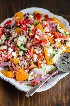 Салат из помидоров с красным луком, укропом и фетой