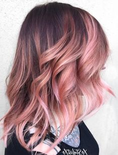 17 Pretty Rose Gold Balayage - Hair Color Ideas for Pretty Rose Gold Balayage The boom for unusual hair colors has grown into something more subtle, delicate and elegant. Especially in this pink hair ha. Brown And Pink Hair, Short Brown Hair, Light Brown Hair, Brown Hair Colors, Purple Hair, Balayage Hair Caramel, Brown Hair Balayage, Brown Hair With Highlights, Hair Color Balayage