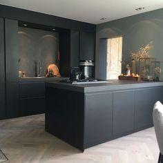 Binnenkijken bij Esmee - My Simply Special - Design della cucina Rustic Kitchen, New Kitchen, Kitchen Dining, Kitchen Decor, Distressed Kitchen, Kitchen Plants, Compact Kitchen, Wooden Kitchen, Kitchen Ideas