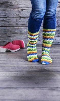 Pirteät raitasukat! Nämä villasukat haluaisi jalkaansa vaikka itse Peppi Pitkätossu | Meillä kotona Knitting Socks, Hand Knitting, Knitting Patterns, Pepsi, Bunt, Fashion, Knit Socks, Moda, Knit Patterns