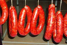 Après 17 jours de sèche   Vaste programme, il existe plusieurs types de chorizos. La recette typique comporte du porc et du bœuf, génér...