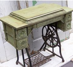 bad rabbit vintage - painted furniture with attitude : Details, details, details - dry brush paint (. Old Sewing Machine Table, Sewing Machine Projects, Antique Sewing Machines, Singer Sewing Tables, Singer Table, Muebles Shabby Chic, Sewing Cabinet, Vintage Decor, Rustic Decor