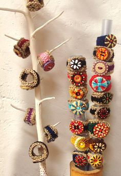 Anillos de crochet con botones pintados a mano.  http://calpearts.blogspot.com