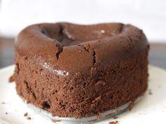 Je vous laisse imaginer l'orgasme gustatif que m'a procuré le gâteau au chocolat sans gluten de Philippe Conticini. Une fois encore, j'ai réalisé son dessert. Rapide et facile à faire, c'était le moment d'essayer mon petit moule en forme de cœur amovible...