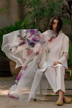 Pakistani Fashion Party Wear, Pakistani Couture, Indian Gowns Dresses, Bridal Dresses, Couture Dresses, Fashion Dresses, Vintage High Waisted Shorts, Straight Trousers, Organza Saree