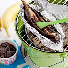 Banaan met chocolade en rum - Allerhande/ Bananas with Chocolate & Rum (recipe is in Dutch) Chocolate Rum Recipe, Bbq Desserts, Beach Bbq, Inexpensive Meals, Bbq Grill, Grilling, Other Recipes, Fruits And Veggies, Soul Food