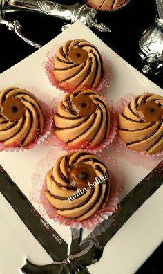 les sablés sont des gareaux ultra fondant et avec cette texture caramel -chocolat un délice mmmm j'adore Caramel, Mini Desserts, Biscotti, Cake Pops, Nutella, Cupcake Cakes, Cake Decorating, Bakery, Food And Drink