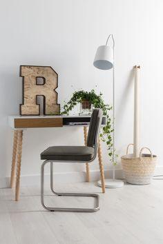 Verspieltes skandinavisches Design von Zuiver    Ob als Schreibtisch, Sekretär oder Konsole im Büro, der Tisch Twisted macht immer eine gute Figur. Geradlinige Arbeitsfläche mit gedrechselten Beinen lassen den Schreibtisch zu einem...