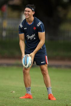 Joseph Manu Photos - Joseph Manu passes during the Sydney Roosters NRL training session at Kippax Lake on February 2017 in Sydney, Australia. Rugby League, Rugby Players, Football Players, Sam Walker, Wrestling Shoes, Celebrity Travel, Olympic Games, Cute Boys, Olympics