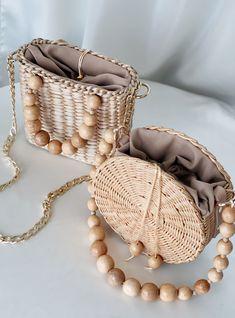 Straw handwoven bags buy on Etsy shop Diy Bags Purses, Purses And Handbags, Leather Bag Tutorial, Diy Handbag, Boho Bags, Crochet Handbags, Beaded Bags, Summer Bags, Handmade Bags