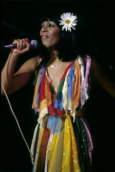 Donna Summer on Rainbow Dress.Can we make this happen today? 70s Fashion, Party Fashion, Vintage Fashion, Disco Fashion, Fashion History, Dance Music, Dona Summer, Musica Disco, Vintage Black Glamour