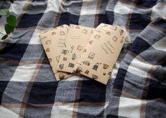 名刺サイズのカードがすっぽり入る、小さな封筒です。コーヒー道具柄の包装紙から手作業で切り貼りして作りました。 20枚をセットにしてお届けします。|ハンドメイド、手作り、手仕事品の通販・販売・購入ならCreema。