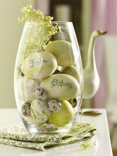vase de Pâques rempli d'oeufs