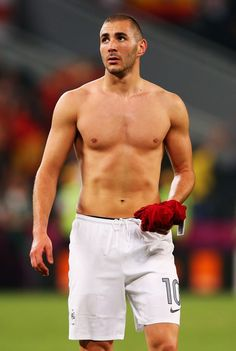 Karim Benzema - this picture leaves me speechless. Real Madrid Team, Real Madrid Players, Soccer Guys, Football Players, Madrid Football, Rugby Men, Arab Men, Shirtless Men, Sexy Body