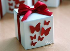 Wedding Bonbonniere - Favor candy box with bow and butterflies - White box with Burgundy satin ribbon and butterflies - Marsala wedding Diy Valentine's Day Decorations, Valentines Day Decorations, Diy Gift Box, Diy Gifts, Destination Wedding Welcome Bag, Gift Wraping, Creative Gift Wrapping, Paper Butterflies, Wedding Favor Boxes