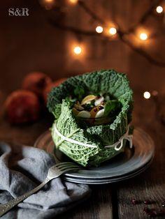 Insalata di frutta e verdura vestita di cavolo verza! Ricetta su www.salviarosmarino.com  #sharenatalealverde