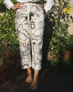Hand painted greeting jeans ---- Maybe update my red Dickies pants? Fashion Foto, Look Fashion, Diy Fashion, Womens Fashion, Fashion Design, Painted Jeans, Painted Clothes, Hand Painted Dress, Diy Clothing
