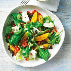 Wer leicht und lecker durch den Tag kommen will, hat mit diesem bunten Salat den perfekten Begleiter gefunden. Die Orangenfilets sind nicht nur ein farbenfroher Hingucker, sie bringen auch Frische auf den Teller. Foto: Thomas Neckermann