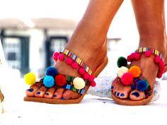 """Sandalias de Pom Pom, sandalias de cuero de colores, sandalias boho, """"Goa"""" griego sandalias, sandalias Descalzas, hippie cuero zapatos, zapatos de verano"""