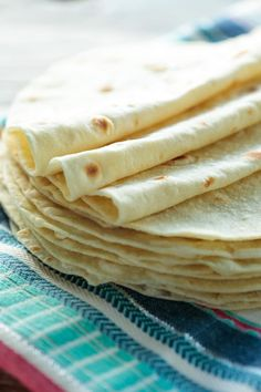 These really are the best ever homemade flour tortillas, no one can believe how easy and delicious they are!This Best Ever Homemade Flour Tortillas recipe has b Uncooked Tortillas, Recipes With Flour Tortillas, Homemade Flour Tortillas, Flour Tortilla Recipe With Olive Oil, Flower Tortilla Recipe, Mexican Dishes, Mexican Food Recipes, Vegan Recipes, Gourmet