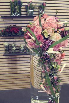 Brautstrauß abfließend mit rosa Rosen, Ranunkeln, Wachsblume auf der TrauDich! 2016 in Stuttgart