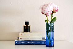 books + peonies | © LatteLisa