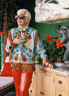 Late filmmaker Albert Maysles' final film looks at the life of New York interior designer-turned-fashion icon Iris Apfel.Your first look at Iris Apfel's new documentary. Iris Apfel Documentary, Documentary Film, World Of Fashion, Boho Fashion, City Fashion, Fashion Clothes, Fashion Art, Fashion Outfits, Womens Fashion